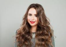 Piękna dziewczyna z wydarzenia Makeup i Długim Zdrowym Kędzierzawym włosy Fotografia Stock