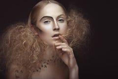 Piękna dziewczyna z wzorem na ciele w postaci ptaków, kreatywnie makeup i fryzura bujny, Piękno Twarz zdjęcia stock