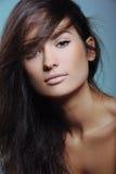 Piękna dziewczyna z zdrowie skóry, długie włosy i naturalnego makeup świeżym, zdjęcia stock