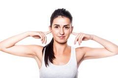 Piękna dziewczyna zakrywa jej ucho rękami przez głośności Obraz Royalty Free