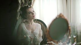 Piękna dziewczyny panna młoda w jej bieliźnie pisze liście fornal zbiory