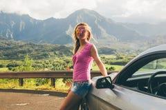 Piękna dziewczyny pozycja Ford mustangiem GT zdjęcia stock