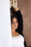 Piękna dziewczyny pozycja z rękami podnosić nad jego głowa Fotografia Stock