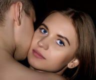 Piękna dziewczyny pozycja za przystojnym facetem, miłości para na ciemnym tle Zdjęcia Royalty Free