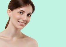 Piękna dziewczyny ręki macania twarz na lato zieleni koloru modnym b Fotografia Stock