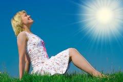 piękna dziewczyny trawy łąka pn relaksuje Zdjęcia Stock