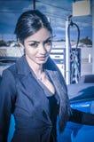 Piękna egzotyczna młoda kobieta pompuje gaz Obrazy Royalty Free