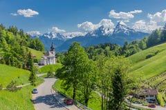 Piękna eksploracji wycieczka turysyczna wzdłuż Berchtesgaden Alpejskich pogórzy - Maria Gern obrazy stock