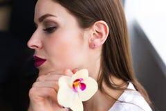 Piękna elegancka kobieta jest ubranym biżuterię Zdjęcia Royalty Free