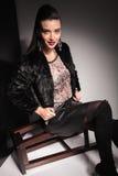 Piękna elegancka kobieta ono uśmiecha się przy kamerą Fotografia Stock