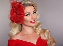 Piękna elegancka kobieta z czerwonymi wargami w modzie kapeluszowy roześmiany ov obrazy royalty free