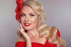 Piękna elegancka kobieta z czerwonymi wargami w modzie kapeluszowy roześmiany ov obrazy stock