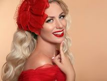 Piękna elegancka kobieta z czerwonymi wargami w modzie kapeluszowy roześmiany ov fotografia royalty free