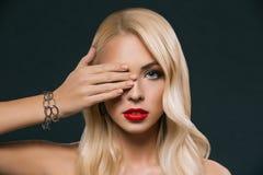 piękna elegancka kobieta zamyka jej oko, zdjęcia stock