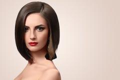 Piękna elegancka młoda kobieta pozuje w studiu zdjęcie royalty free