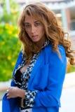 Elegancka kobieta z kędzierzawy długie włosy fotografia stock