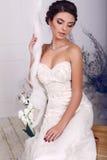 Piękna elegancka panna młoda w ślubnej sukni obsiadaniu na huśtawce Fotografia Stock