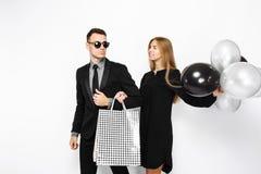Piękna elegancka para, młoda dziewczyna w czarnej sukni i mężczyzna, zdjęcia royalty free