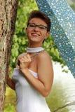 Piękna emocjonalna dziewczyna w białej sukni i parasola pozyci zdjęcie royalty free