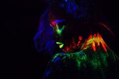 Piękna extraterrestrial modela kobieta z błękitnym heair i zielone wargi w neonowym świetle Ja jest portretem piękny model zdjęcia royalty free