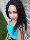 Piękna Falistego włosy kobieta Outside W lato fotografii Jest ubranym Błękitną bluzkę obraz royalty free