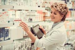 Piękna farmaceuta przy pracą Zdjęcia Stock