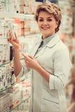 Piękna farmaceuta przy pracą Zdjęcie Stock