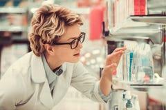 Piękna farmaceuta przy pracą Fotografia Royalty Free