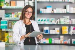 Piękna farmaceuta z Cyfrowej pastylką zdjęcia stock