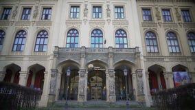 Piękna fasada muzeum Pięć kontynenty w Monachium, Niemcy, turystyka zbiory wideo