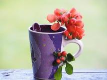 Piękna filiżanka i kwiaty na krawędzi stołu zdjęcia stock