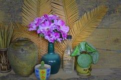 Piękna fiołkowa sztucznego kwiatu waza Obraz Royalty Free