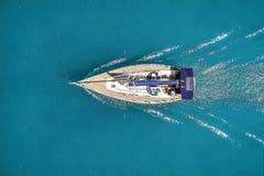 Piękna fotografia jacht w otwartym morzu z góry obrazy stock