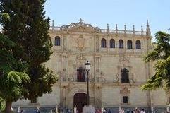 Piękna Frontowa fasada uniwersytet Alcala De Henares Architektury podróży historia fotografia stock