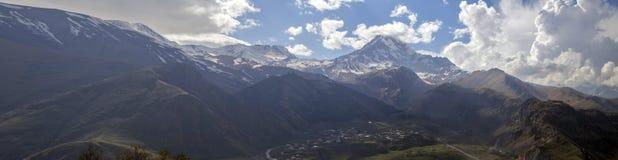 Piękna góra Kazbek w Gruzja Europa panorama zdjęcie stock
