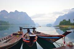 Piękna góra w ranku przy Ratchaprapa tamą, Tajlandia Fotografia Royalty Free
