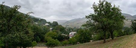 Piękna górska wioska Panoramiczny widok wielkie góry Zielone Talysh góry Azerbejdżan, Yardymli fotografia stock