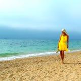Piękna garbnikująca blondynki dziewczyna na morzu Obraz Royalty Free