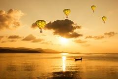 Piękna gorącego powietrza balon nad morzem Obrazy Stock