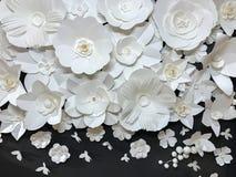 Piękna grupa rozmaitość stylu Quilling Handmade Biały Kwiecisty wzór z Małym motylem robić od papieru na Czarnej tkaniny ścianie Fotografia Stock