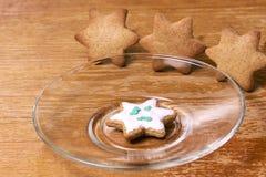 Piękna gwiazda Biały glazerunek Piernikowy ciastko Szklany talerz Obraz Royalty Free