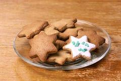 Piękna gwiazda Piernikowy ciastko Biały glazerunek Szklany talerz Fotografia Royalty Free