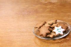 Piękna gwiazda Piernikowy ciastko Biały glazerunek Szklany talerz Fotografia Stock