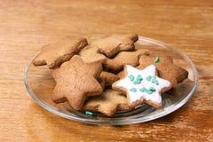 Piękna gwiazda Piernikowy ciastko Szklany talerz Biały glazerunek Fotografia Royalty Free