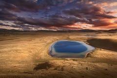 Piękna halna sceneria z jeziorem przy wschodem słońca Obrazy Royalty Free