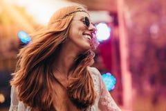 Piękna hipis kobieta cieszy się przy festiwalem muzyki Obrazy Royalty Free