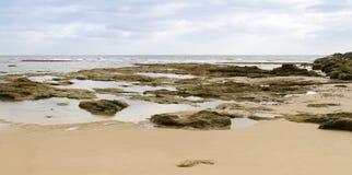 Piękna hiszpańska plaża z skałami Zdjęcie Stock