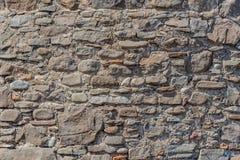 Piękna horyzontalna tekstura część starego zdruzgotanego naturalnego kamienia rozmiaru różna ściana w brown i szarym odcieniu zdjęcie royalty free