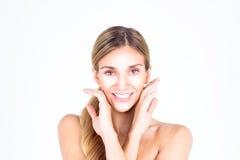 Piękna i czysta twarz kobieta Piękna kobieta dotyka jej twarz z oba rękami Zdjęcia Royalty Free