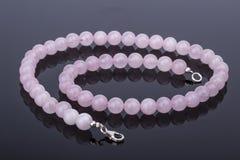 Piękna i luksusowa Różowa kwarc perły kolia na odbijającym Obrazy Stock